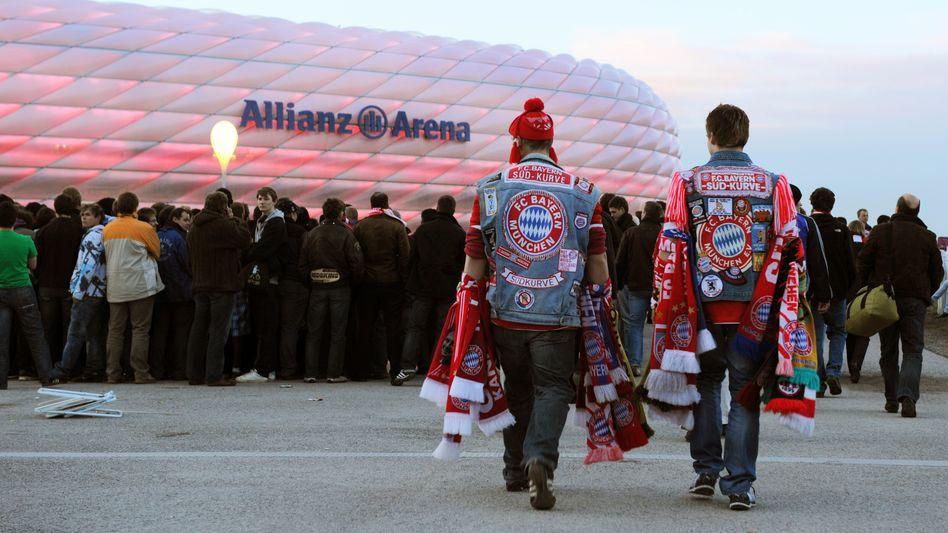 Ob sie mit Allianz-Policen genauso viel Spaß haben? Der Konzern steigt beim FC Bayern ein und will auch spezielle Versicherungsprodukte für die Fans des Fußball-Erstligisten anbieten