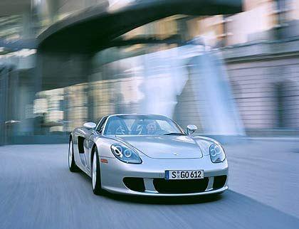 Porsche Carrera GT: Ein 612 PS starker Zehnzylinder beschleunigt den Boliden in 9,9 Sekunden auf 200 Sachen. Die Höchstgeschwindigkeit beträgt 330 Stundenkilometer.