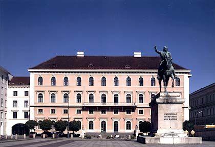 Tradierte Architektur: Die Siemens-Konzernzentrale am Wittelsbacher Platz 2 in der Münchener Max-Vorstadt residiert in einem historischen Gebäude und ist über zwei Innenhöfe mit dem neuen Siemens-Forum am Oskar-von-Miller-Ring verbunden.