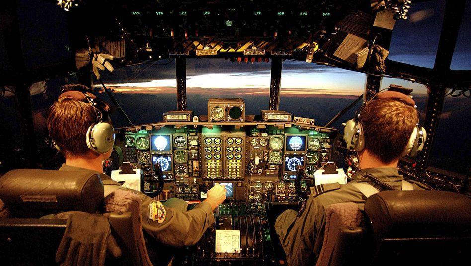 """Über Fehler offen sprechen - auch wenn es die Fehler des Chefs sind: Das """"Crew Resource Management"""" der großen Fluggesellschaften hat geholfen, den Anteil menschlichen Versagens bei Unfällen drastisch zu reduzieren. Auch Ärzte und Banker testen das Modell"""
