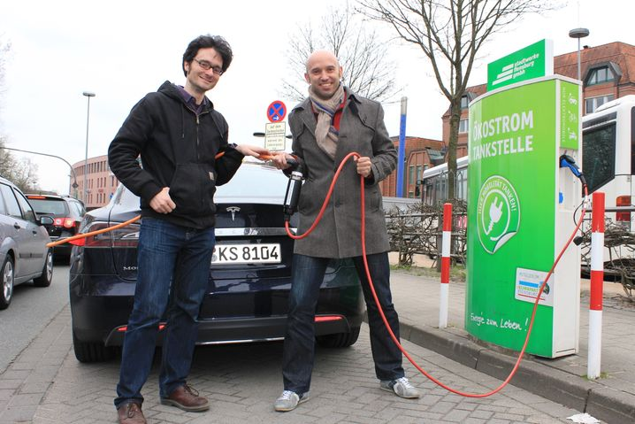 Am Ziel: Nils Sorge und Wilfried Eckl-Dorna mit dem Tesla Model S an der Ladestation in Flensburg