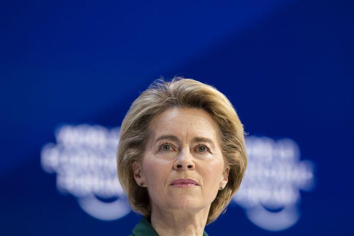Ursula von der Leyen, Präsidentin der Europäischen Kommission, rät von der Buchung des Sommerurlaubs ab