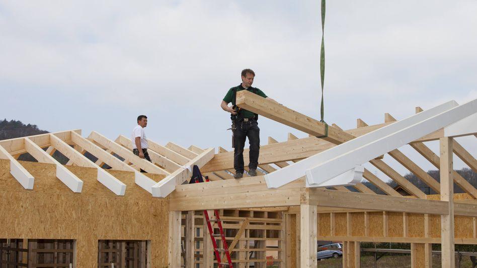 Knappe Güter: Die Fertigstellung nicht nur von Häusern verschiebt sich wegen des Mangels an Holz und Baustoffen. Auch andere Branchen leiden unter Materialmangel