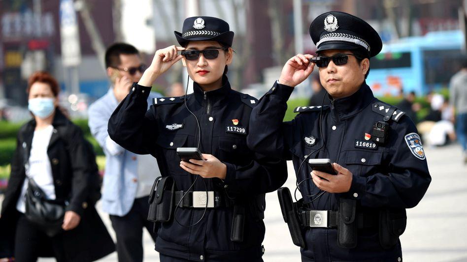 Chinesische Polizisten mit AR-Brille in Luoyang