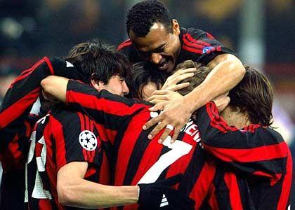 AC Mailand, Platz 3 (3) mit 222 Millionen Euro Einnahmen: Jubelnde Milan-Spieler während des Champions-League-Spiels gegen Deportivo la Coruna im März 2003