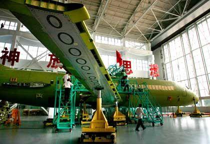 Überfüllt: Der Luftraum in China - hier eine chinesische Maschine - leidet an chronischer Überlastung