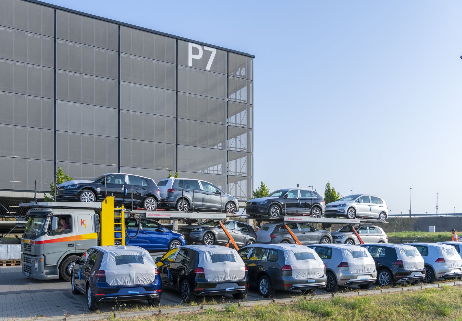 Volkswagen am BER-Parkplatz