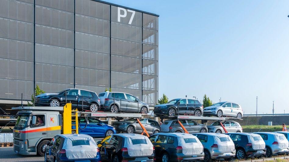 Auf dem Gelände des Flughafens BER in Berlin-Schönefeld hat VW rund 8000 Stellplätze angemi8etet, um nicht zugelassene Volkswagen abzustellen.