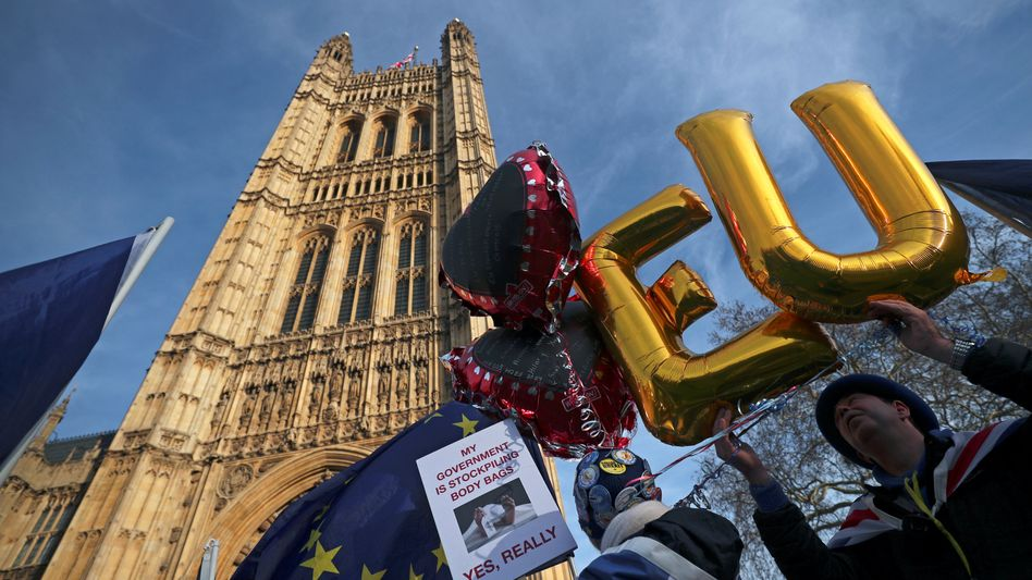 Anti-Brexit-Proteste in London: EU-freundliche Abgeordnete drohen mit Notbremse.