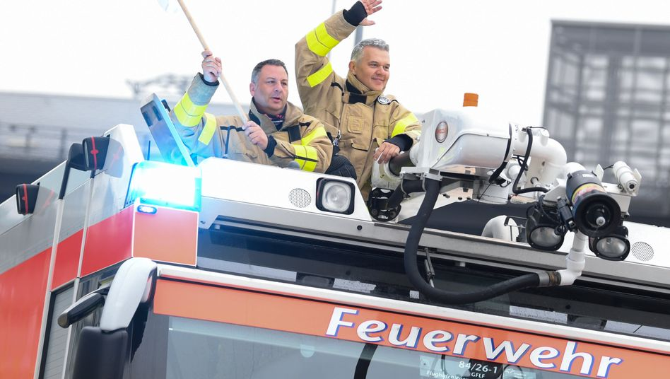Streikende Mitarbeiter der Flughafen-Feuerwehr Frankfurter