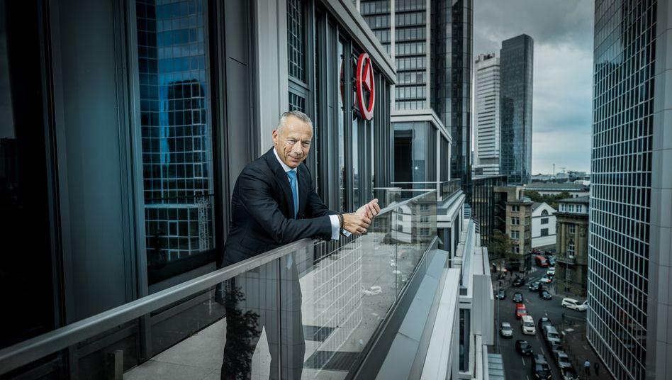 Walter Sinn auf dem Balkon des Frankfurter Büros von Bain & Company.
