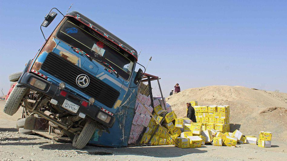 Afghanischer Lkw in Schieflage: Die Wirtschaft des Landes dürfte nach der Machtübernahme der Taliban in Schwierigkeiten geraten