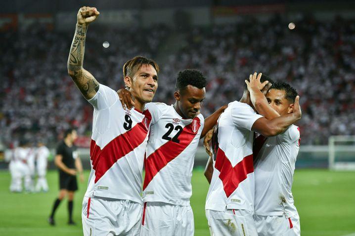Perus Star Paolo Guerrero (mit gereckter Faust) und Mitspieler bei einem Freundschaftsspiel