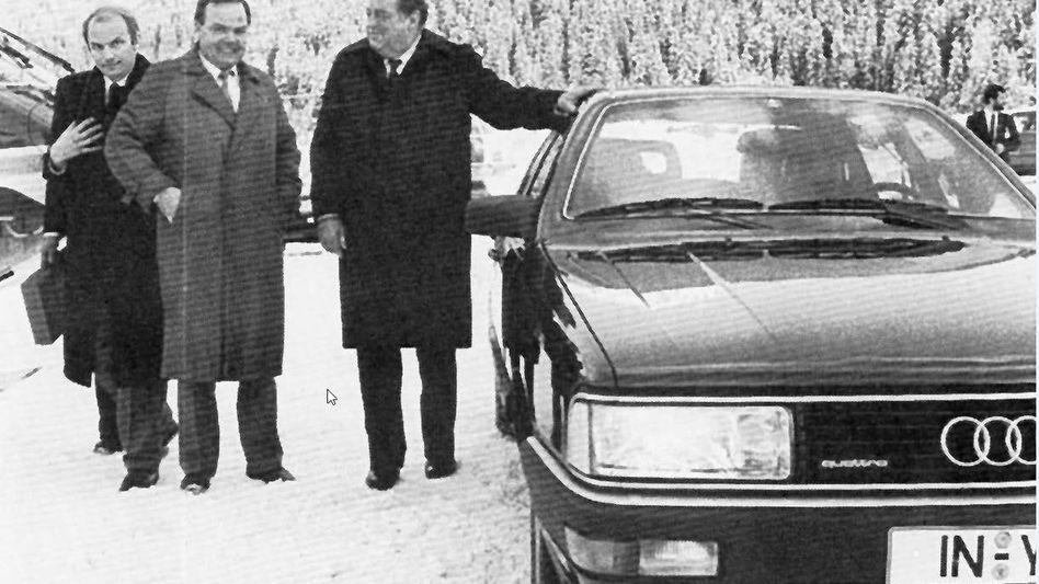 Von links: Ferdinand Piëch, Ulrich Bettermann, Franz Josef Strauß vor dem ersten komplett gepanzerten Audi V8 beim Weltwirtschaftsforum in Davos 1981