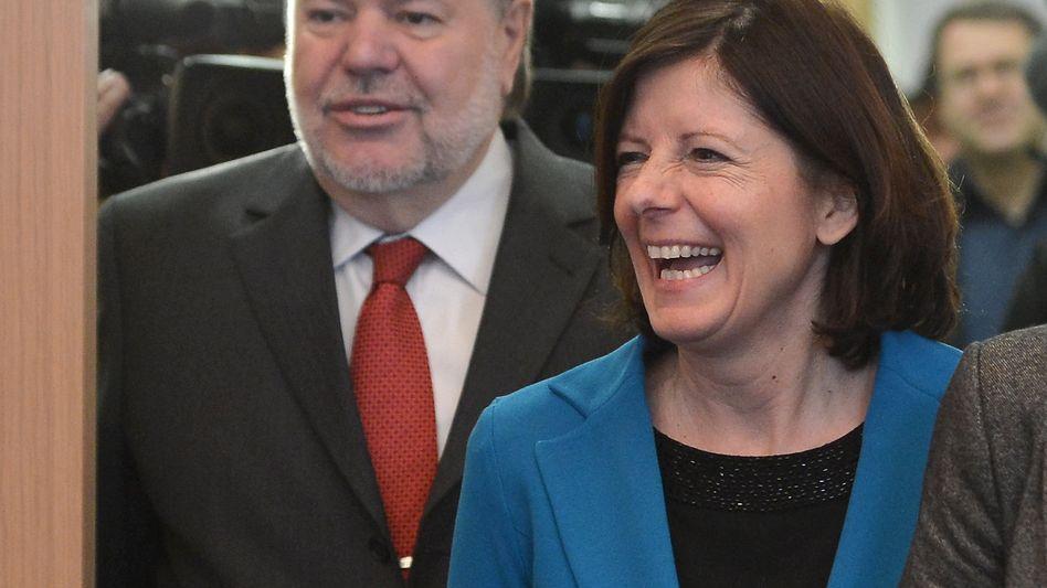 Rheinland-Pfalz: Der scheidende rheinland-pfaelzische Ministerpraesident Kurt Beck (SPD) und seine Nachfolgerin Malu Dreyer