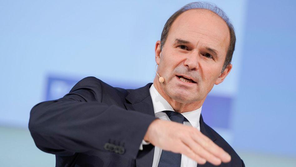 Durchhalteparolen: BASF-Chef Martin Brudermüller will die gebeutelten Aktionäre mit einer höheren Dividende bei der Stange halten