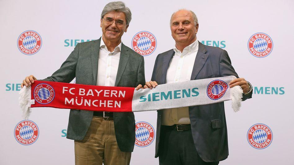 Bayern-Präsident Uli Hoeness (r) und Siemens-Chef Jo Kaeser verkünden eine dreijährige Partnerschaft