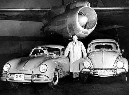 Vereint: Ein Porsche 356 und ein VW Käfer - mit dem Konstrukteur Ferdinand Porsche im Jahr 1958