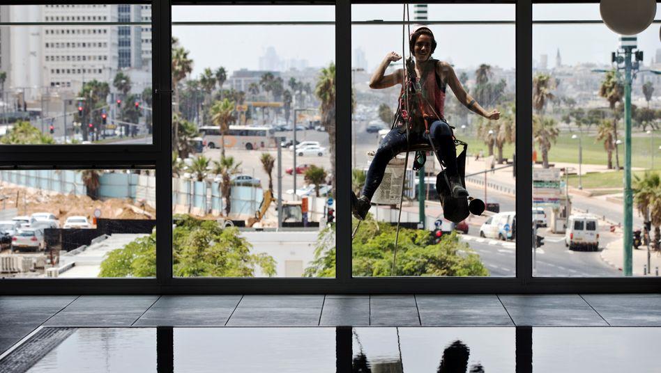 Auf und Ab, Hin und Her: Die Fensterputzerin Noa Toledo (22) ist ein TikTok-Star in Israel. In den USA braucht die Video-App nun erst einmal einen neuen Chef