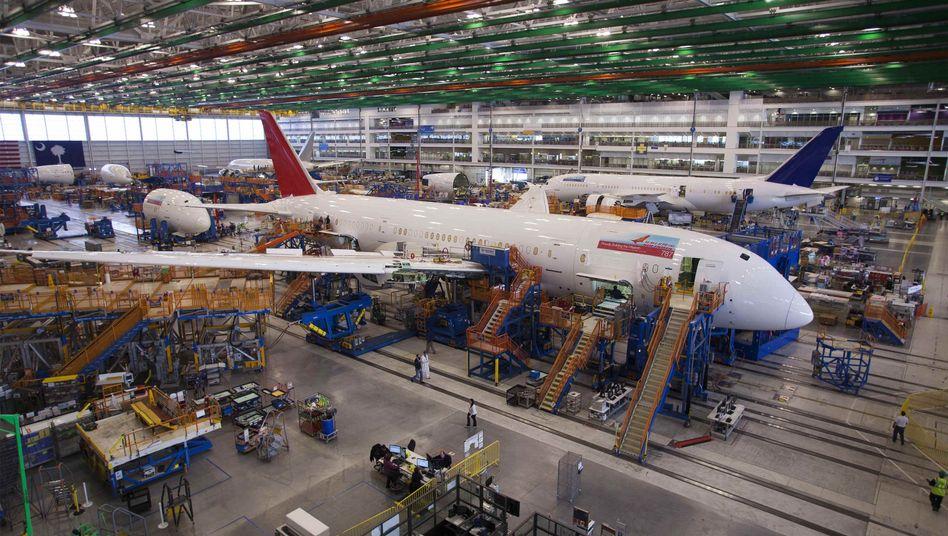 Auf diesem Archivbild ist der Bau eines 787 Dreamliners im betroffenen Boeing-Werk in North Charleston zu sehen
