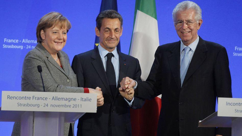 Tapfer lächelndes Trio: Die Lenker Deutschlands (Angela Merkel), Frankreichs (Nicolas Sarcozy) und Italiens (Mario Monti)