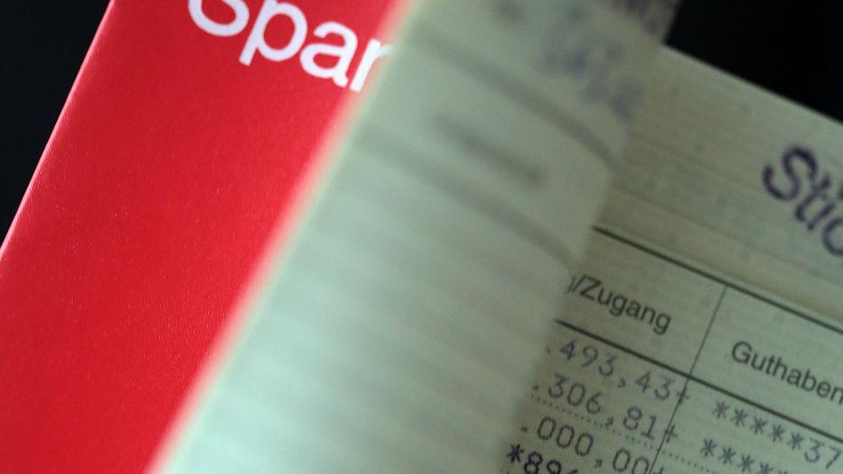 """Zinsen zahlen die Sparkassen kaum noch: Künftig werden sie aber ihre Gebühren anheben und wohl auch """"Strafzinsen"""" für größere Einlagen fordern - zumindest von gewerblichen Kunden, sagt ihr Präsident Georg Fahrenschon voraus"""