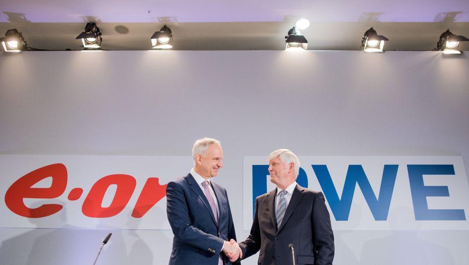 Eon-Chef Johannes Teyssen , RWE-Chef Rolf Martin Schmitz (rechts, Archiv): RWE und Eon teilen die RWE-Tochter Innogy unter sich auf - und ordnen nebenbei den deutschen Strommarkt neu