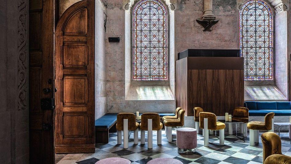 HEILIGE RUHE Die Boomtown Tel Aviv lässt man draußen. Die Lounge in der alten Kapelle wird abends zum Klub.