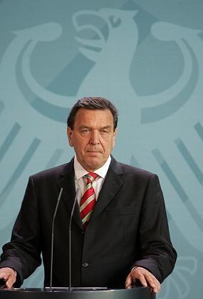 Flucht nach vorn: Kanzler Gerhard Schröder fordert am Sonntagabend Neuwahlen