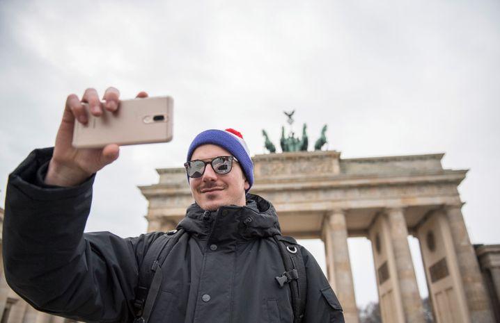 Selfie-Hotspot in Berlin: Auf dem Pariser Platz lichten sich jeden Tag unzählige Touristen vor dem Brandenburger Tor ab.