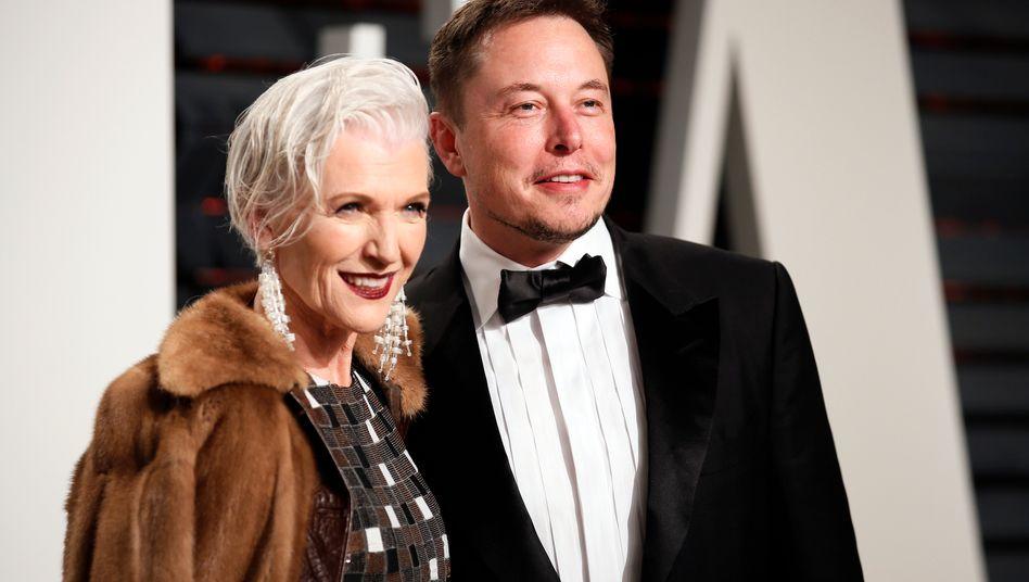 """""""Er hängt gern mit uns ab"""": Maye Musk und Sohn Elon bei den Academy Awards 2017"""