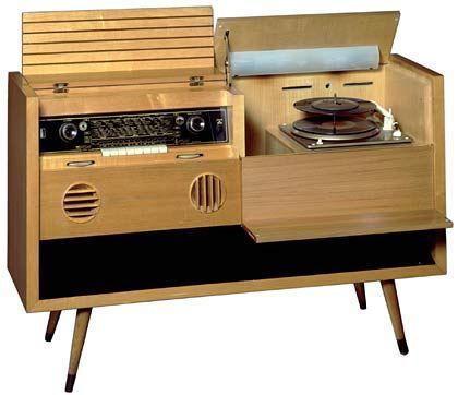 """1955: Der Musikschrank 7080 W3 D, wegen seiner Füße """"schräger Max"""" genannt, vereinigt Radio und Plattenspieler."""