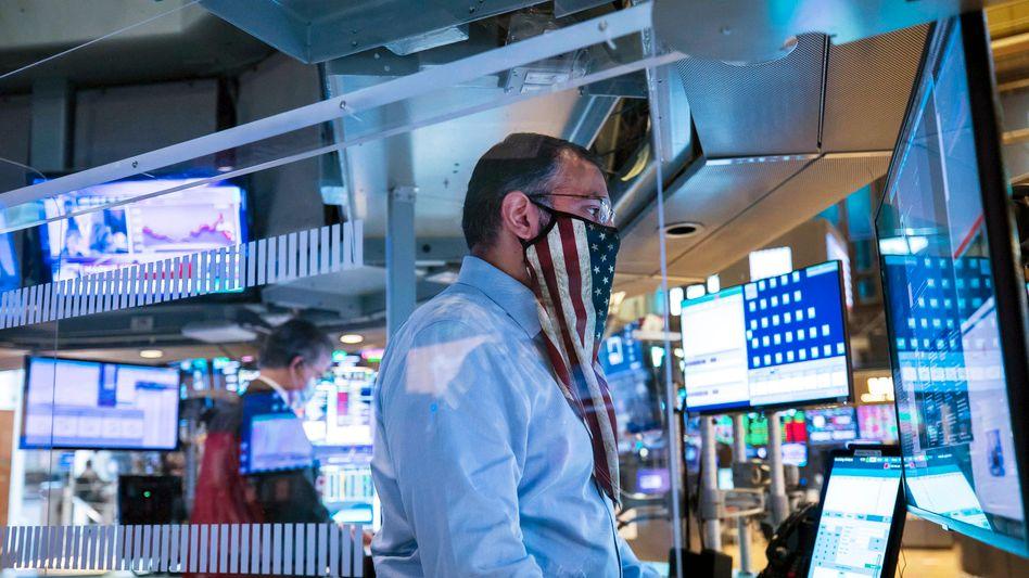 Aktienhändler in New York: An der Börse steigen die Kurse, obwohl die politische Lage in den USA unklar ist