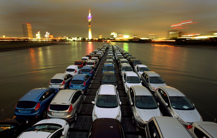 Transport von Ford-Neuwagen über den Rhein: Von Köln aus nach ganz Europa