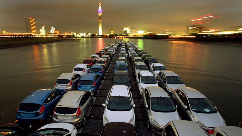 Exporte aus NRW: In Köln produzierte Neuwagen des Typs Ford-Fiesta und Fusion werden über den Rhein in andere Länder Europas exportiert