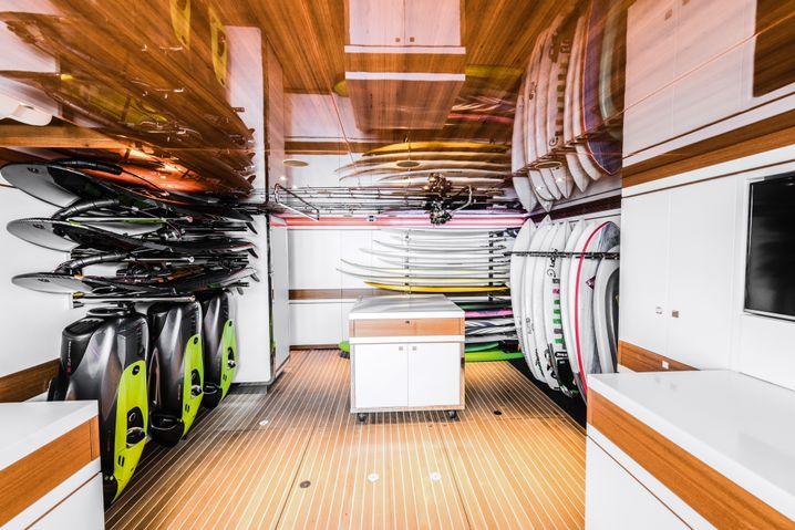 Besser als im Surfshop: Das Surfcenter an Bord der Driftwood