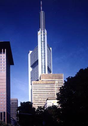 Hoher Wiedererkennungswert: Hochhäuser können innovativ sein, das sieht man an diesem Foster-Bau. Mit seiner Drei-Säulen-Form hat der Coba-Turm einen hohen Wiedererkennungswert.