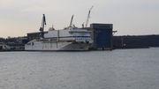 Halb fertige Fähre wird abgeschleppt, Windhorst-Werft ohne Schiff