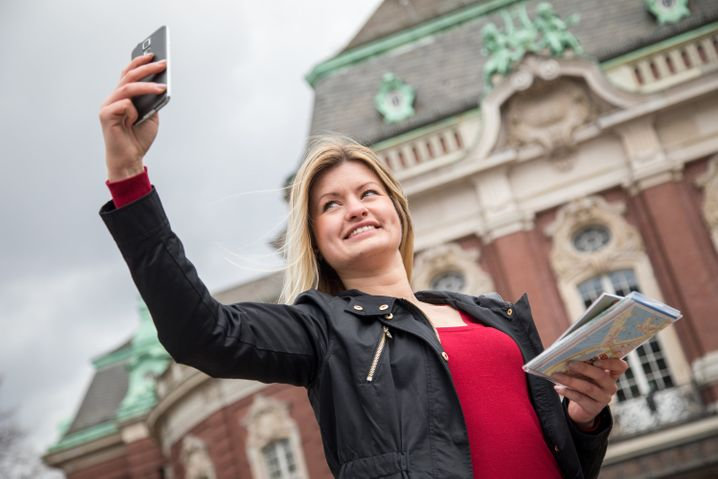 Bitte lächeln für die Kamera! Selfies gehören auf Reisen dazu.