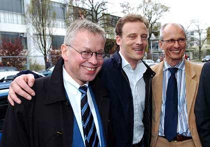 Siegerlächeln: Alexander Falk (m.) mit seinen Verteidigern Gerhard Strate (l.) und Thomas Bliwier