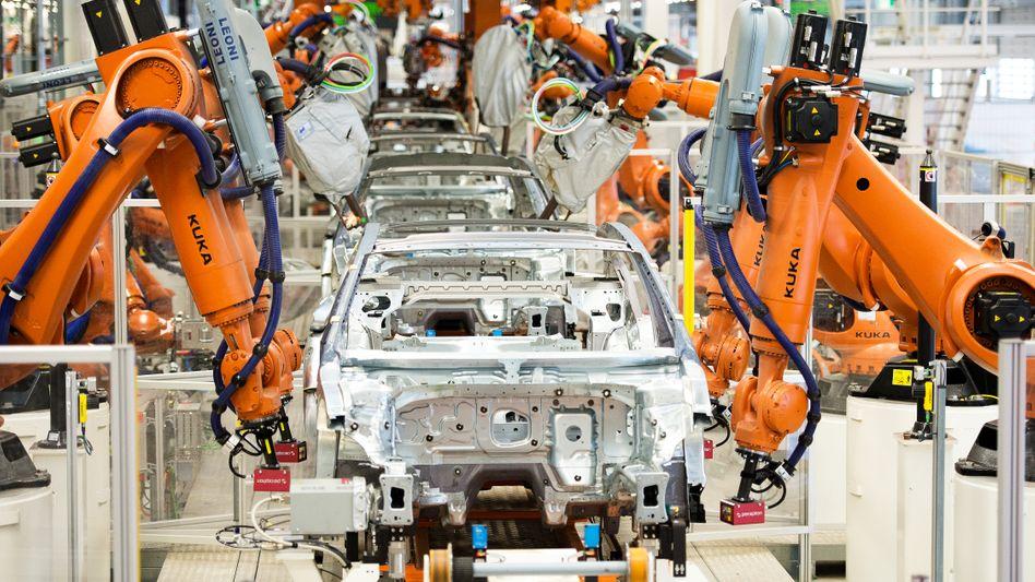 Produktion des VW Passat in Emden: Die Nachfrage nach dem Modell ist massiv eingebrochen, VW stellt das Werk auf Elektroautos um