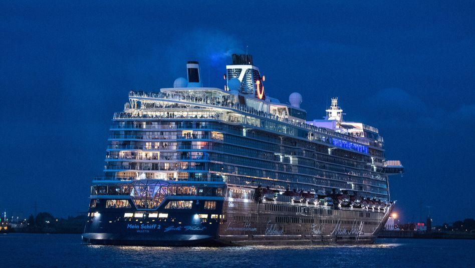 """Ein Schiff wird kommen: Tui-Kreuzfahrtschiff """"Mein Schiff 2"""" beim Auslaufen aus dem Hamburger Hafen für eine Mini-Kreuzfahrt im Juli"""