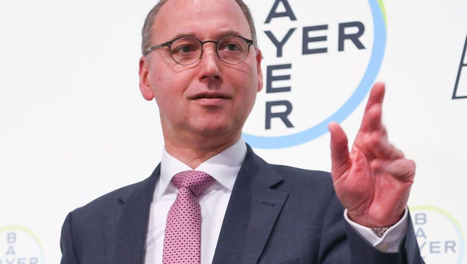 Seit der Übernahme von Monsanto ist der Aktienkurs von Bayer abgestürzt. Bayer-Chef Werner Baumann gerät in Erklärungsnot. Die Finanzierung des Monsanto-Deals ist jedoch trotz des Kurssturzes nicht gefährdet