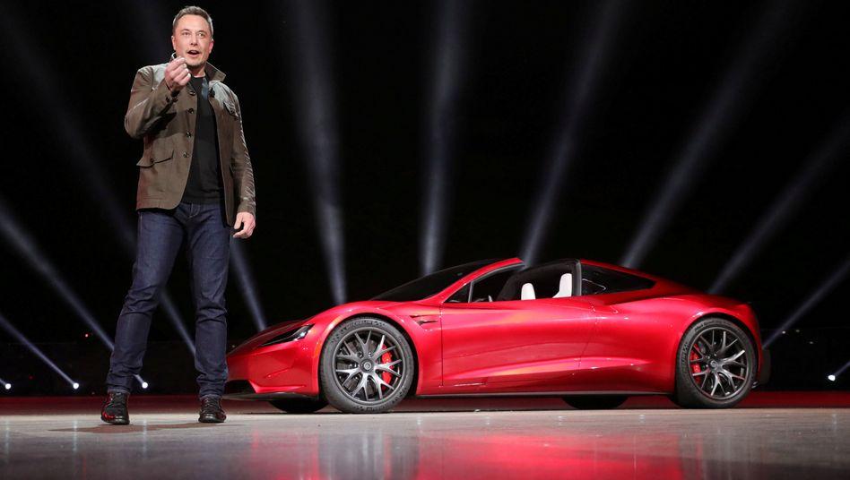 Tesla-Chef Elon Musk präsentierte zuletzt nicht nur einen neuen E-Truck, sondern ließ aus dem Laster auch gleich einen neuen Roadster herausfahren