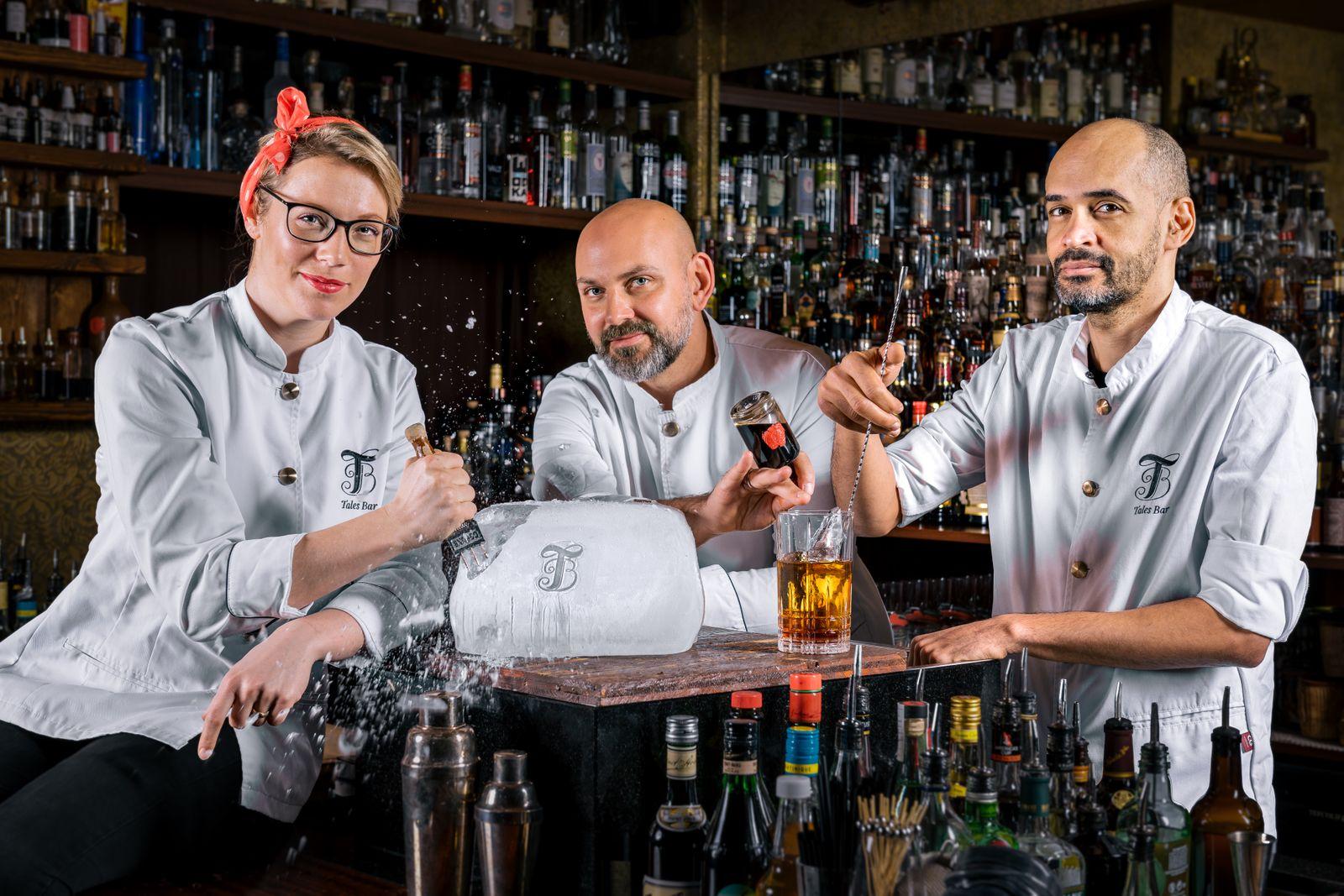 EINMALIGE VERWENDUNG Gönke Herndry, Wolfgang Bogner, Michel Kurtze in der Tales Bar