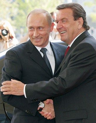 Freund der Russen: Schröder gilt als enger Vertrauter Putins