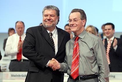 Symbolische Geste: Die SPD-Politiker Beck und sein parteiinterner Kritiker Müntefering reichen sich die Hand