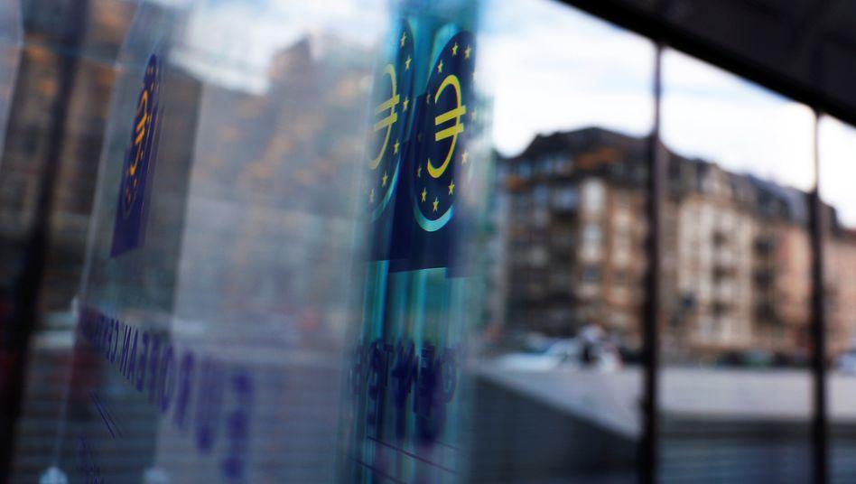EZB-Flagge in Frankfurt am Main: Das Karlsruher Bundesverfassungsgericht hält die Staatsanleihenkäufe teilweise für verfassungswidrig