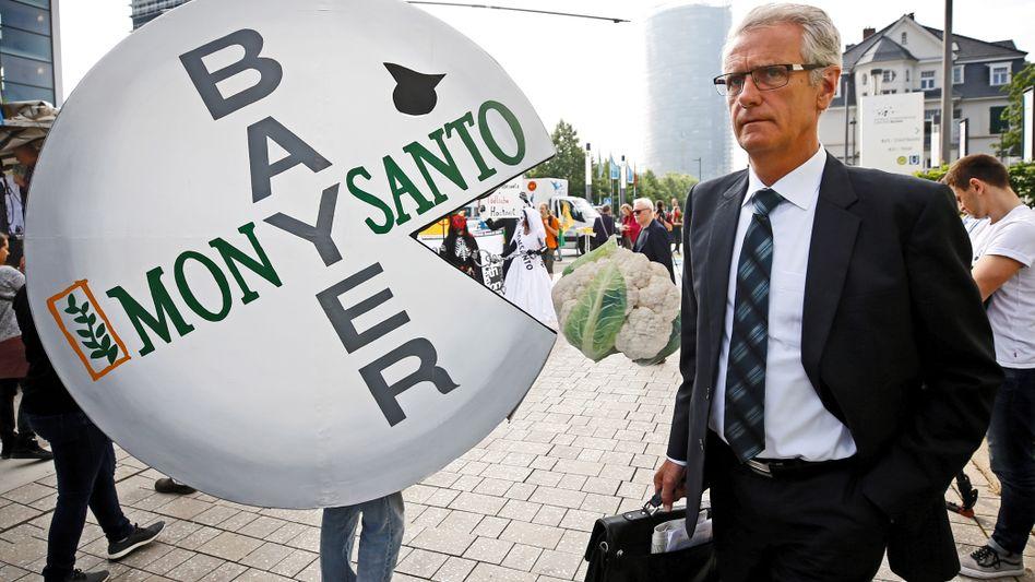 Aktionär auf dem Weg zur Bayer-Hauptversammlung
