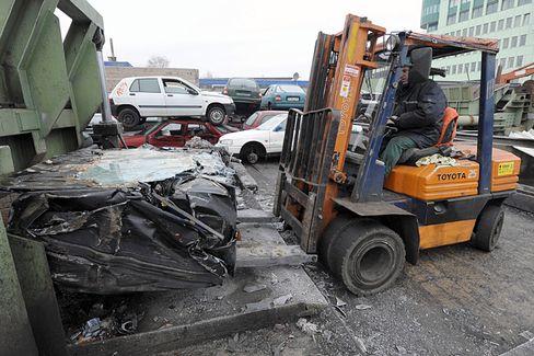 Schrottplatz: 2500 Euro will der Bund künftig demjenigen zahlen, der sein altes Auto verschrotten lässt und sich ein neues kauft